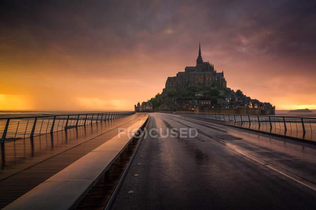 Vue panoramique du Mont Saint-Michel au coucher du soleil, Avranches, Normandie, France — Photo de stock