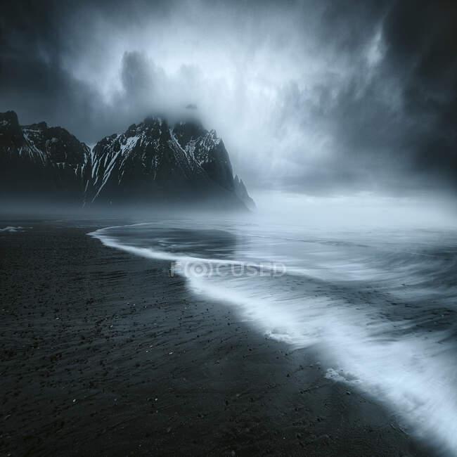 Plano escénico del océano tormentoso en el día nublado - foto de stock