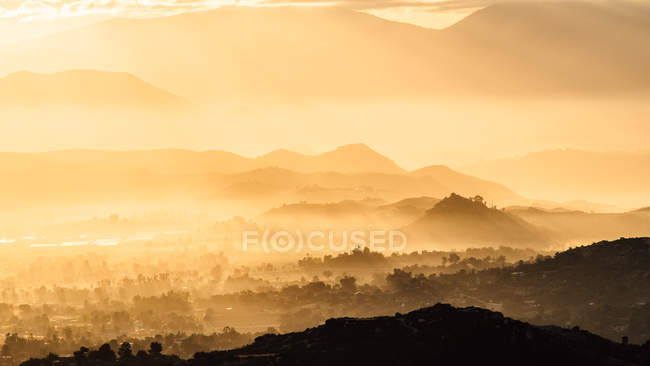 Nebliges Talblick vom Mt Woodson bei Sonnenaufgang, Ramona, Kalifornien, Amerika, Usa — Stockfoto