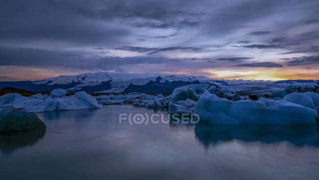 Malerische Aussicht auf den Sonnenuntergang an die Gletscherlagune Jökulsárlón, südöstlichen Island — Stockfoto