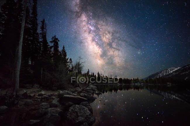Vista panorámica de las estrellas que reflejan en Jenny Lake, Wyoming, América, EE.UU. - foto de stock