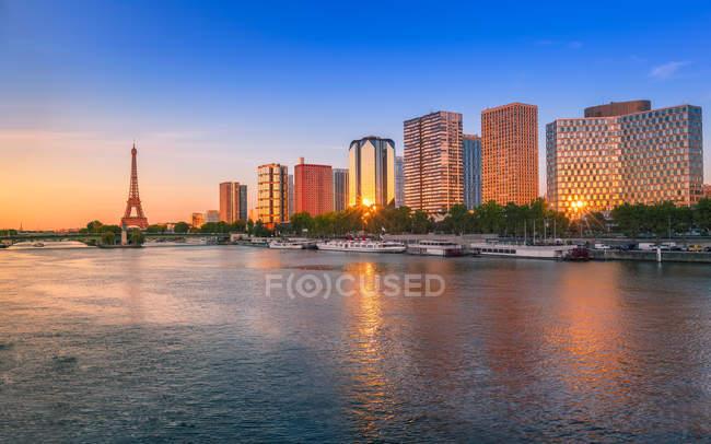 Живописный вид на парижский городской пейзаж, франция — стоковое фото