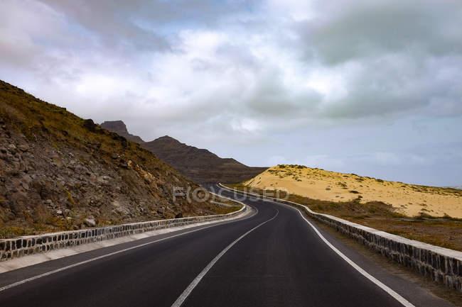 Мальовничим видом прибережної дороги, Сан-Вісенте, Кабо-Верде — стокове фото