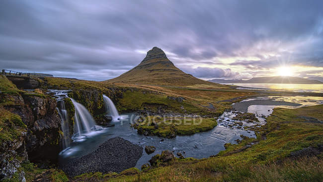 Scenic view of Sunrise at Kirkjufellsfoss, Grundarfjordur, West Iceland — Stock Photo