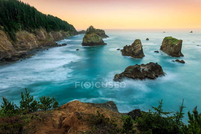 Scenic view of Coastal landscape at sunrise, Samuel H Boardman State Park, Brookings, Oregon, America, USA — стоковое фото