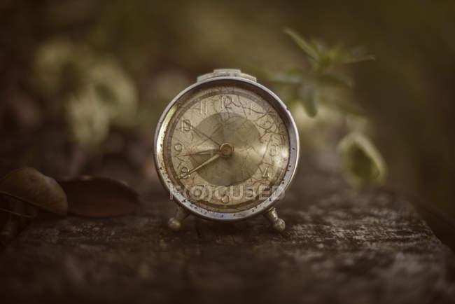 Старовинний годинник на дерев'яний стіл — стокове фото