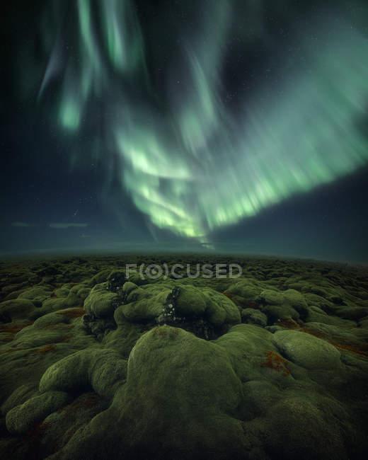 Мальовничий вид на Північне сяйво над скелястими пейзажами, Ісландія — стокове фото