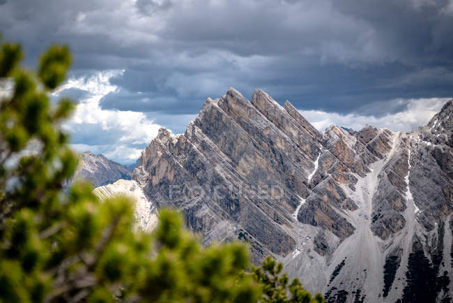 Живописный вид на горные вершины, Национальный парк Фанес-Сеннес-Брайс, Доломиты, Трентино, Южный Тироль, Италия — стоковое фото