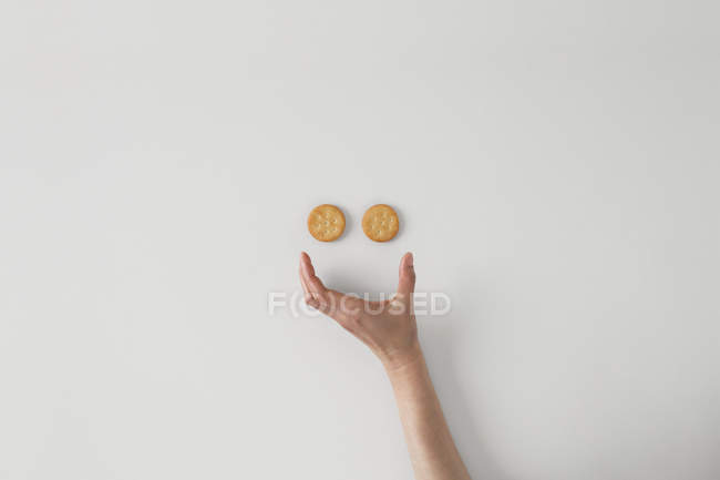 Konzeptionelles Smiley-Gesicht an grauer Wand — Stockfoto