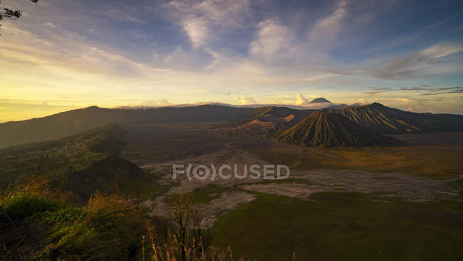 Vista panorâmica do Parque Nacional de Bromo Tengger Semeru ao nascer do sol, Java Oriental, na Indonésia — Fotografia de Stock