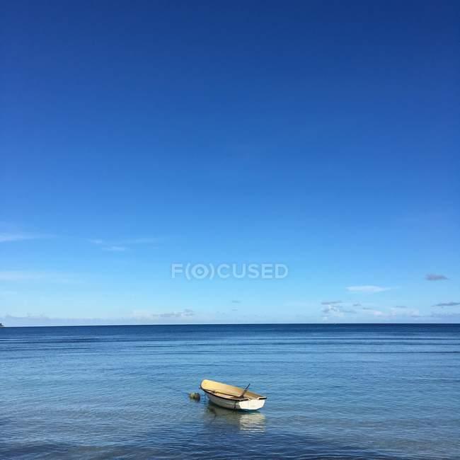 Живописный вид лодки, стоящей на якоре в море, Сейшельские острова — стоковое фото