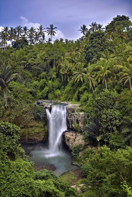 Vue panoramique sur la cascade de Tegenungan, Bali, Indonésie — Photo de stock