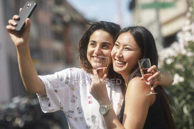 Dos mujeres tomando selfie en la calle - foto de stock
