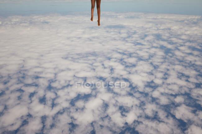 Ragazza che corre sopra le nuvole — Foto stock