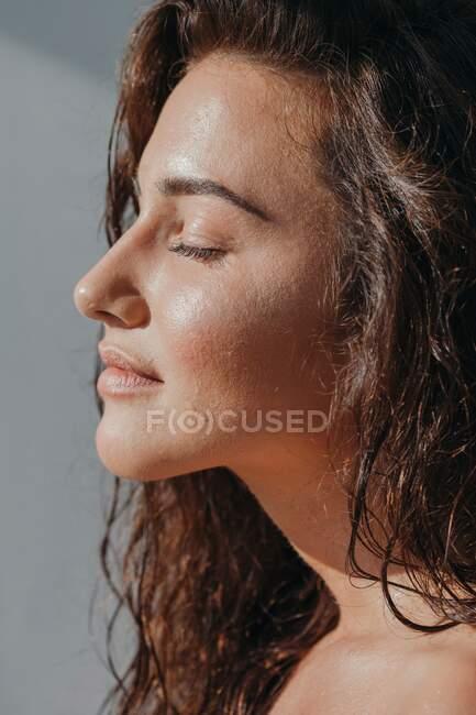 Портрет красивой женщины с закрытыми глазами — стоковое фото
