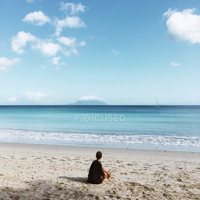 Vista posteriore della donna seduta sulla spiaggia, Seychelles — Foto stock