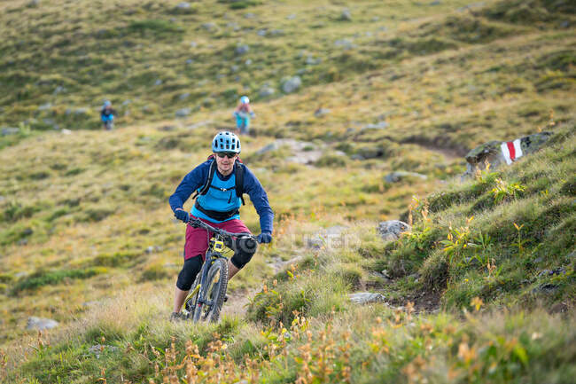 Mountain bike uomo nelle Alpi svizzere vicino a Davos, Graubunden, Svizzera — Foto stock