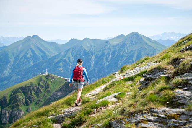 Mulher caminhando no caminho da montanha acima de Gastein, Salzburgo, Áustria — Fotografia de Stock