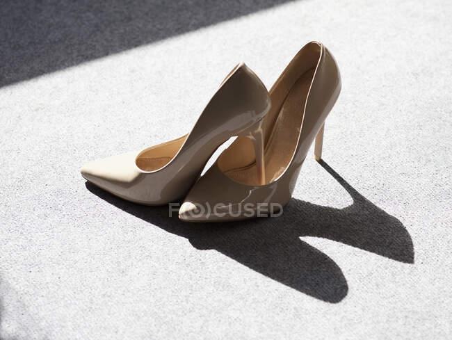 Close-up vista di coppia di tacco alto stiletto scarpe — Foto stock