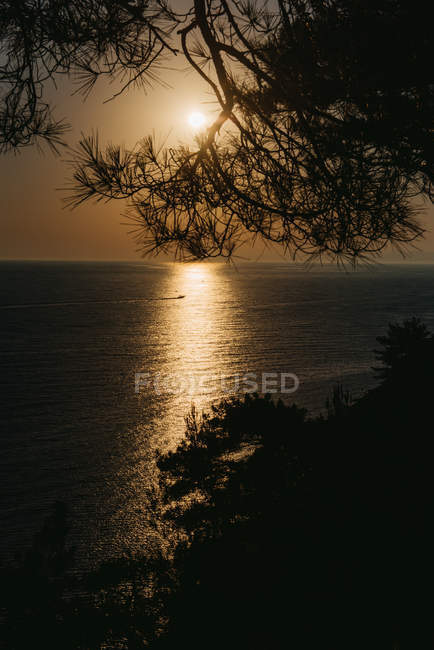 Живописный вид на прибрежный пейзаж заката, Россия — стоковое фото