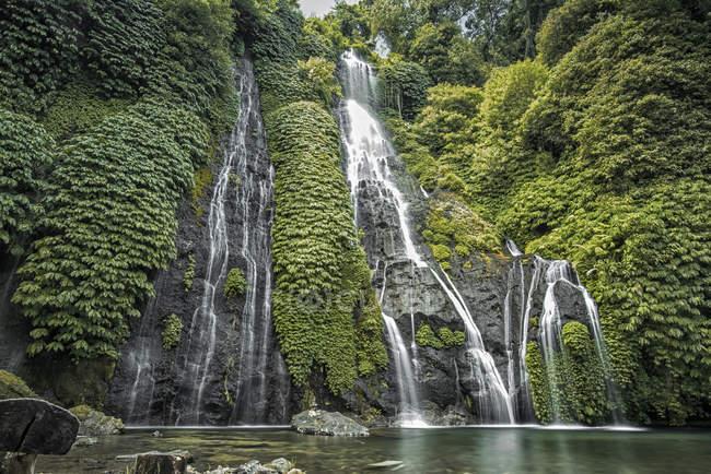 Vista panorâmica de Banyumala Twin Cachoeiras, Bali, Indonésia — Fotografia de Stock
