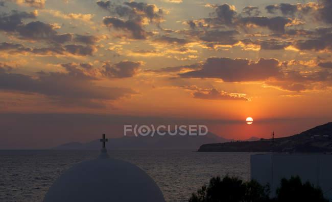 Vista cénico da abóbada da igreja no por do sol, Tilos, Greece — Fotografia de Stock