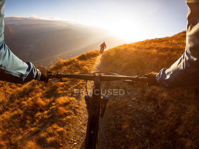 Perspectiva pessoal de um homem de bicicleta de montanha com um amigo nos Alpes, Gastein, Salzburgo, Áustria — Fotografia de Stock