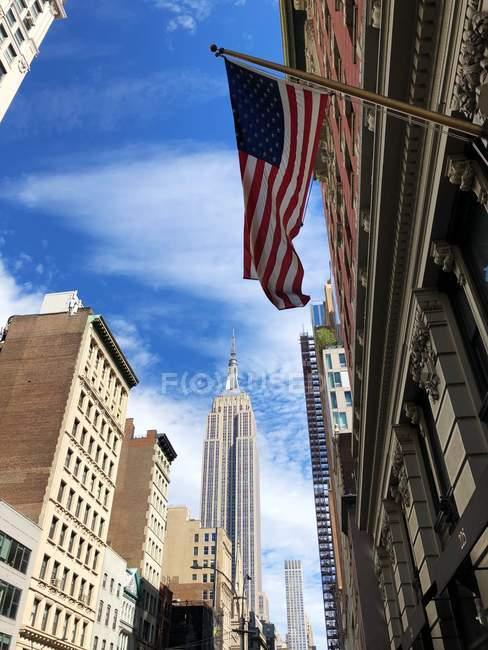 Эмпайр-Стейт-Билдинг и горизонт города, Манхэттен, Нью-йорк, Соединенные Штаты — стоковое фото