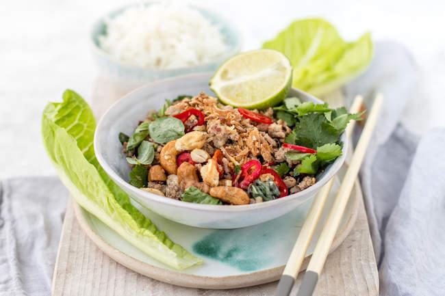 Thai-Schweinelarbe mit Reis, Nahaufnahme — Stockfoto