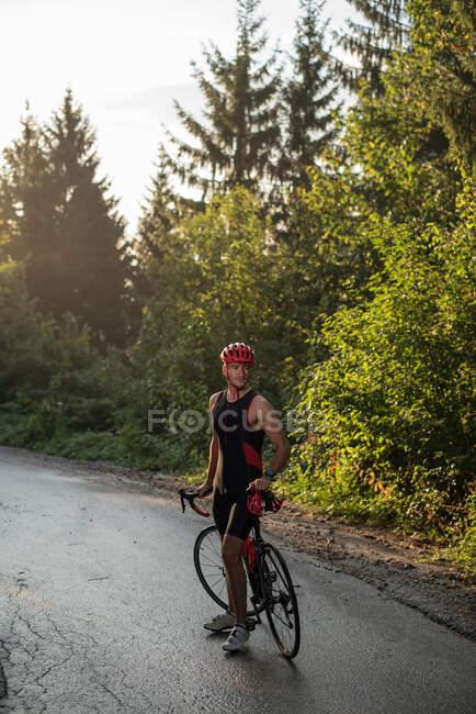 Цикліст у Лікрі стоїть біля свого велосипеда, Боснії і Герцеговини. — стокове фото