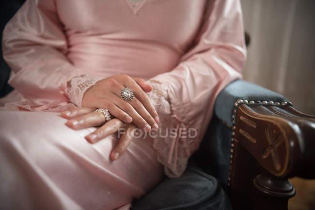 Крупный план бриллиантовых колец на женских руках — стоковое фото