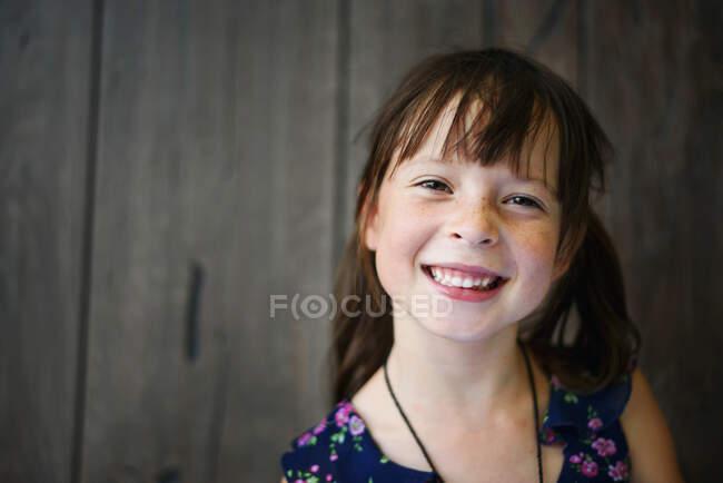 Портрет улыбающейся девушки в летнем платье — стоковое фото