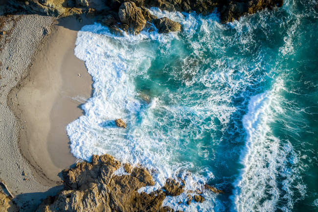 Luftaufnahme des blauen Ozean Wasser zerkleinern auf Felsen am Strand — Stockfoto