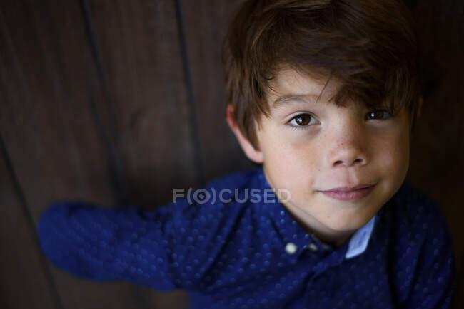 Portrait d'un garçon souriant avec des taches de rousseur — Photo de stock