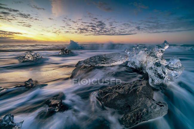 Vista panoramica sulla bellissima Diamond Beach all'alba, Jokulsarlon, Vatnajokull Glacier National Park, Islanda — Foto stock