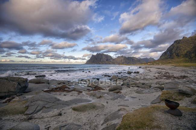 Живописный вид на пляж Уттаклейв, Лоффелланд, Норвегия — стоковое фото
