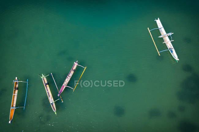 Вид с воздуха на четыре традиционных лодки, Ломбок, Индонезия — стоковое фото