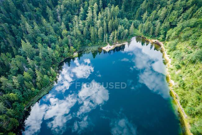Vue aérienne au lac Eibensee, un beau petit lac de montagne dans les Alpes autrichiennes près de Salzbourg . — Photo de stock