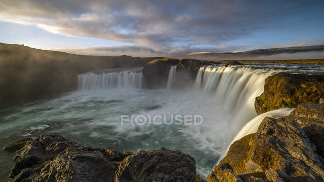 Vue panoramique du beau lever de soleil à cascade Godafoss, Bardardalur, Islande — Photo de stock