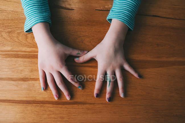 Mädchenhände mit Nagellack und Filzstift — Stockfoto