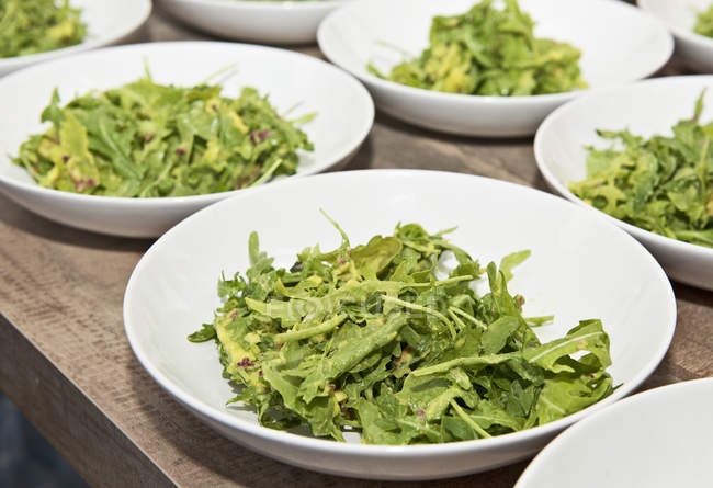Плити з авокадо салат з йогуртовій заправкою — стокове фото