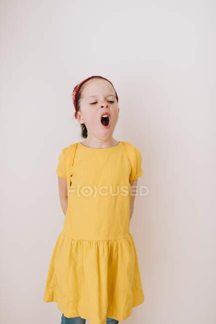 Retrato de una niña bostezando - foto de stock