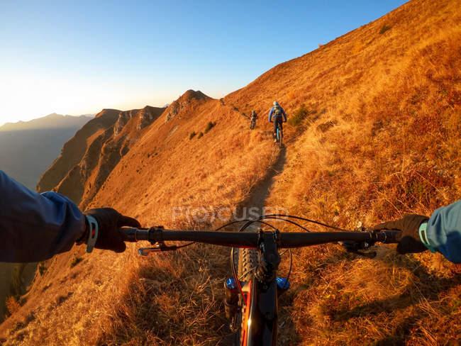 Особиста перспектива людини на гірському велосипеді з друзями в Альпах, Гаштайні, Зальцбурзі, Австрія. — стокове фото