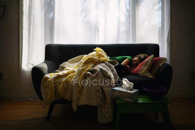 Ragazza che dorme su un divano — Foto stock