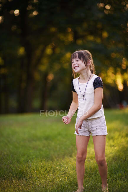 Portrait of a smiling girl dancing in the park — Stock Photo