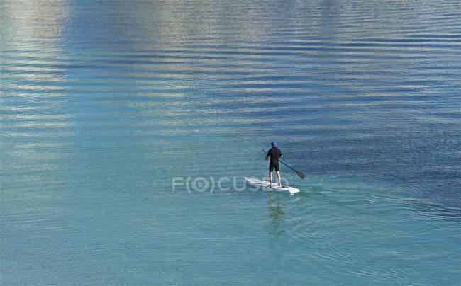 Vista posteriore di un uomo paddleboarding, Birzebugga, Malta — Foto stock