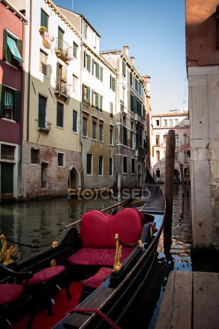 Vue panoramique sur la Gondole amarrée sur un canal, Venise, Vénétie, Italie — Photo de stock