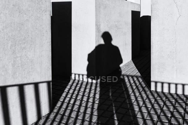 Ombra di un uomo al Memoriale dell'Olocausto, Berlino, Germania — Foto stock
