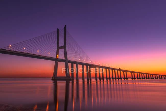 Vista panorámica del puente Vasco da Gama al amanecer, Lisboa Portugal - foto de stock