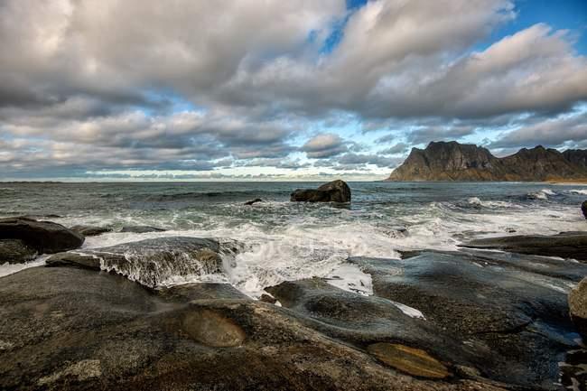 Живописный вид на океанский ландшафт из Санднес, Лоффелланд, Норвегия — стоковое фото